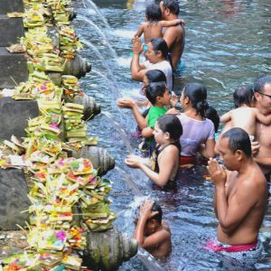 abluzioni al tempio tirta empul a bali in indonesia
