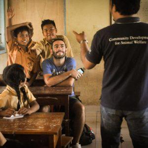 gruppo viaggiatori ram in una scuola a bali