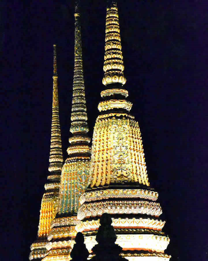wat pho a bangkok di notte
